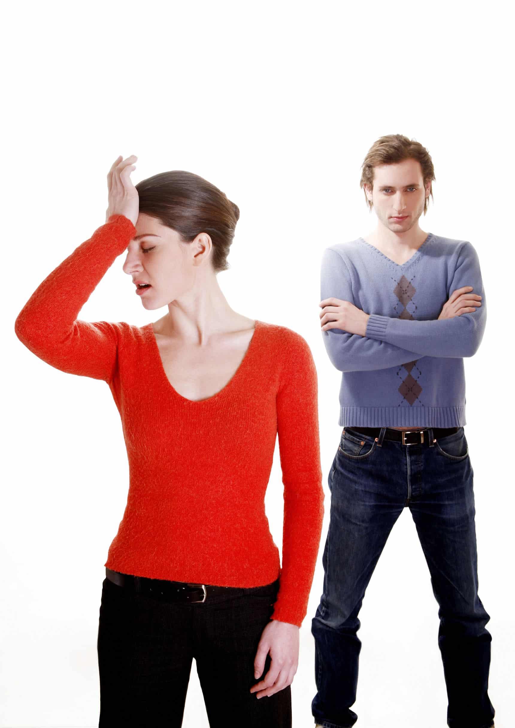 """Intimidade emocional se foi ou diminuiu profundamente. É quase um clichê para dois parceiros sentir que a """"faísca"""" desapareceu depois de passar uma década ou mais juntos, e que eles são mais companheiros de quarto do que almas gêmeas. Às vezes, isso acontece porque a rotina da vida cotidiana começou a eclipsar a capacidade de se conectar, e é simplesmente uma questão de voltar a priorizar. Outras vezes, pode ser mais insidioso e representar dois parceiros que vêm se distanciando silenciosamente, mudando de maneira incompatível por um longo período ou até mesmo aprendendo a suprir suas necessidades em outro lugar."""