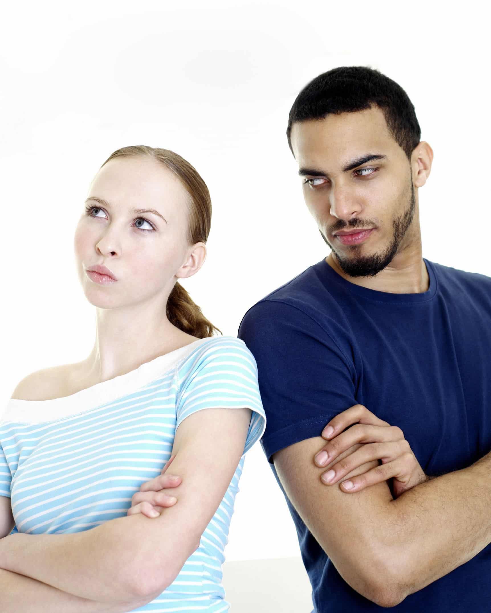 Um ou ambos se tornam disfuncionais durante um conflito. Sabemos, pela pesquisa do psicólogo americano John Gottman, que o modo como um casal lida com o conflito é um dos melhores indicadores de que o relacionamento deles irá ou não continuar. Talvez você ou seu parceiro desligue, ataque ou seja vingativo ou passivo-agressivo. Infelizmente, não há escassez de formas disfuncionais de lidar com conflitos o que serve para tornar o problema original muito pior, esse também é um indício de necessidade de terapia de casal rj.